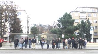Die Gruppe beim Warten auf den Bus.
